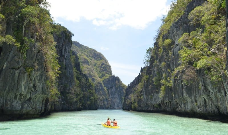 The Ultimate travel guide to 2 weeks in the Philippines - kayaking around El Nido!